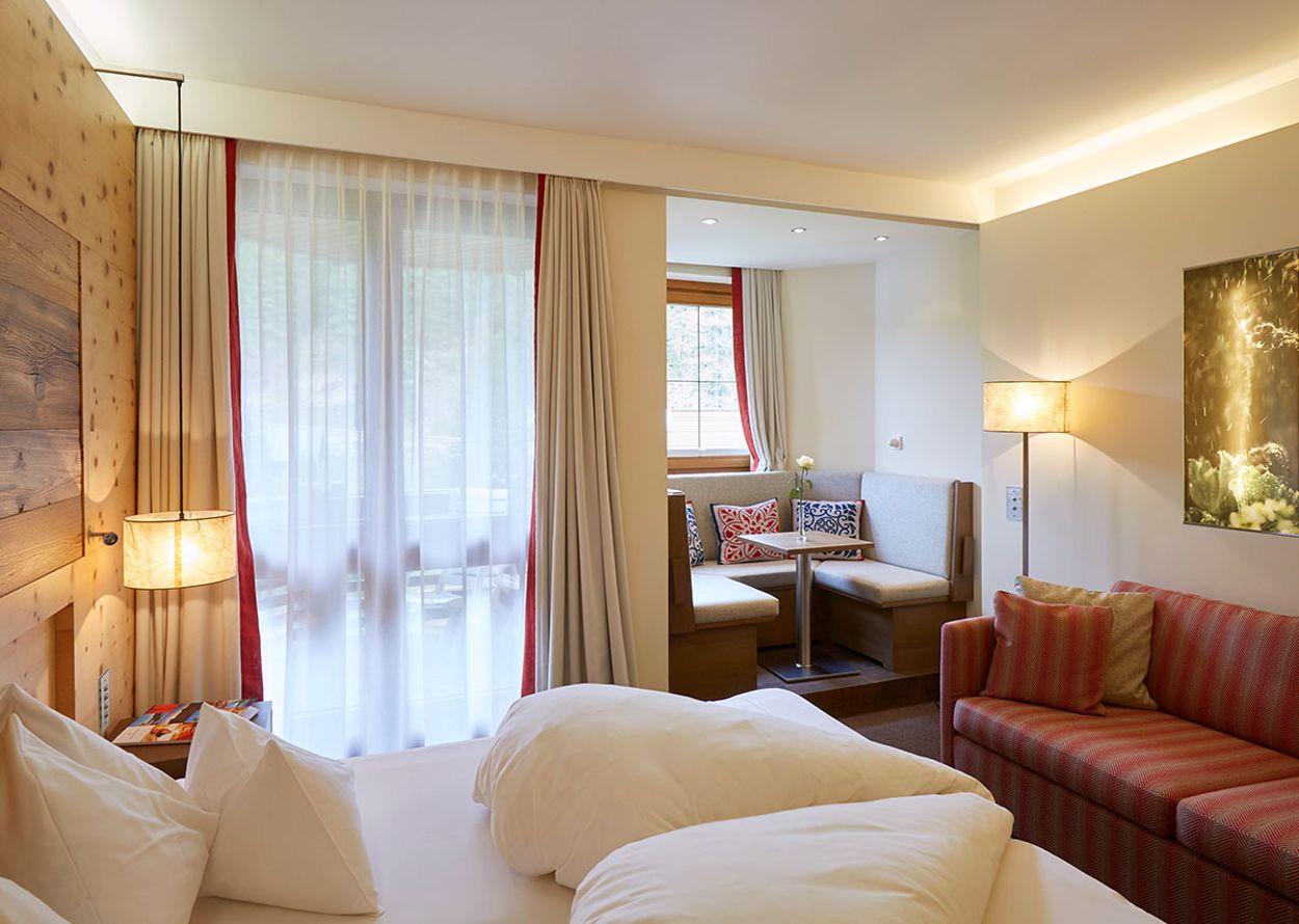 hotel-hochschober-komfort-1-erker-panoramazimmer-1_-1200x900.jpg
