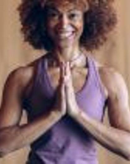 Vinyasa Flow Yoga mit Diarra Diop