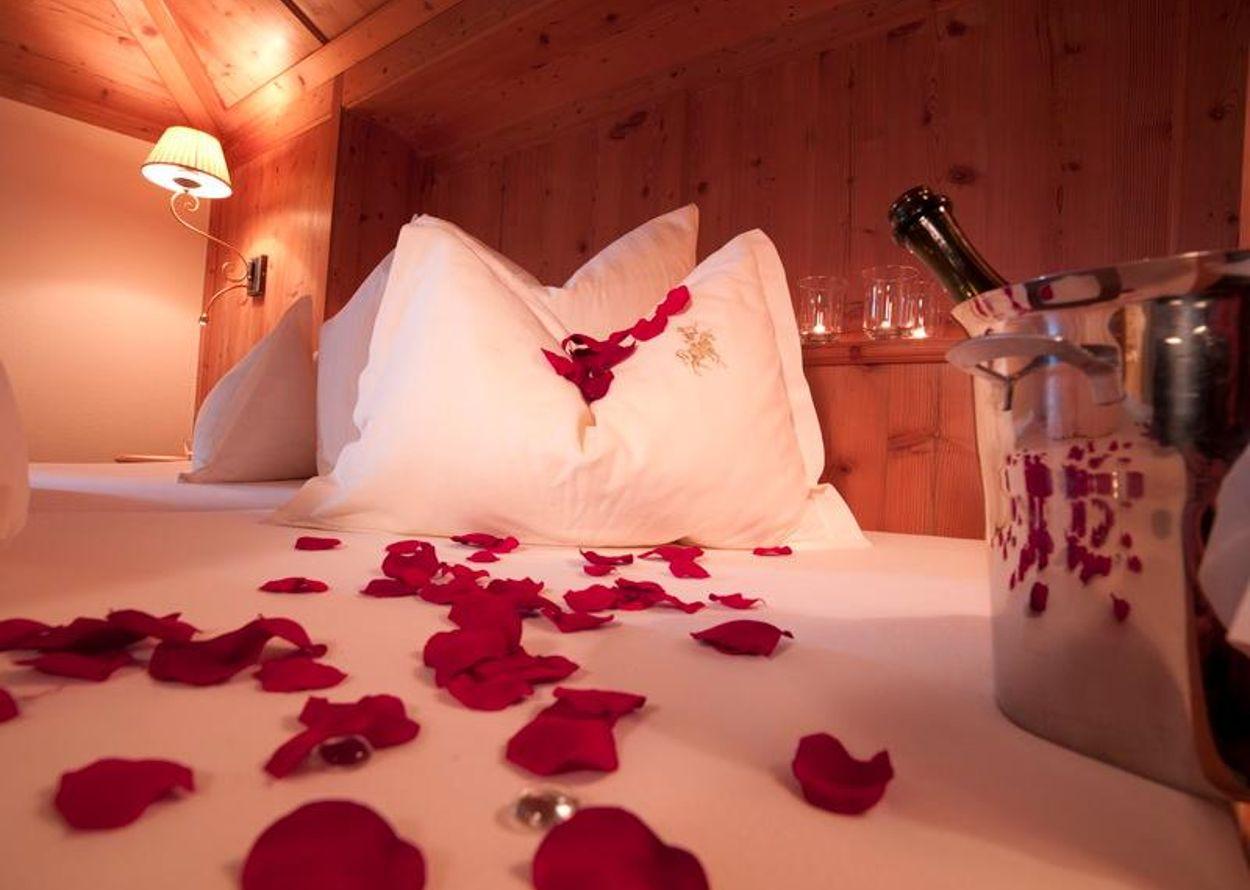 Bett Romantik mit Rosen.jpg